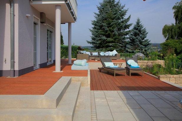Contemporary Terrace by Gärten von Heininger