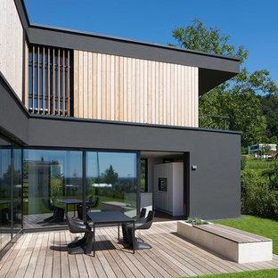 Kleine, Unbedeckte Moderne Terrasse hinter dem Haus in Berlin