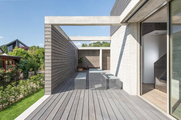 Moderno Terraza y balcón by klugfotografiert
