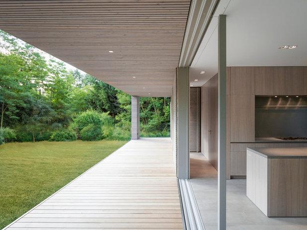 Minimalistisch Terrasse by 2D+ Architekten