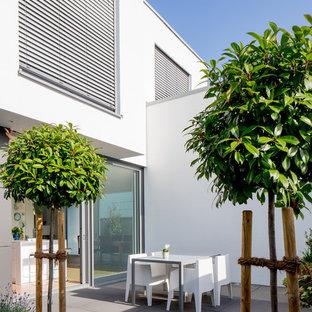 Mittelgroße, Unbedeckte Moderne Terrasse neben dem Haus in Düsseldorf