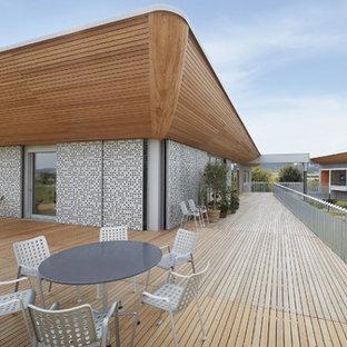 Große, Überdachte Moderne Dachterrasse mit Kübelpflanzen in Sonstige