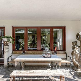 Kleine, Überdachte Klassische Terrasse hinter dem Haus mit Kübelpflanzen in München