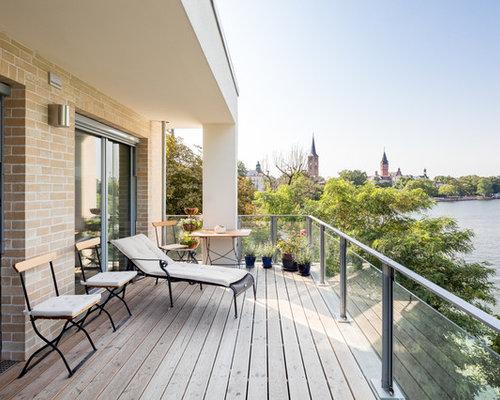Kleine, Überdachte Landhaus Dachterrasse Mit Kübelpflanzen In Berlin