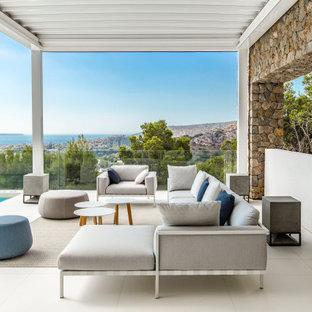 Ejemplo de terraza contemporánea, grande, en patio trasero y anexo de casas