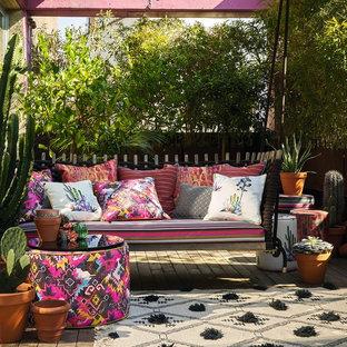 Kleine Mediterrane Terrasse hinter dem Haus mit Kübelpflanzen in Sonstige