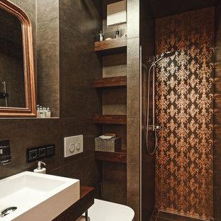 Kleines Tropenstil Duschbad mit offener Dusche, Wandtoilette, braunen Fliesen, Zementfliesen, Zementfliesen, Aufsatzwaschbecken, Waschtisch aus Holz, braunem Boden, offener Dusche, brauner Wandfarbe und brauner Waschtischplatte in Sonstige