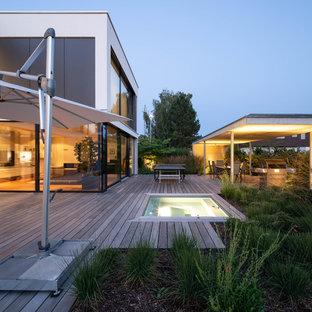 Diseño de terraza minimalista, de tamaño medio, sin cubierta, en patio trasero, con cocina exterior