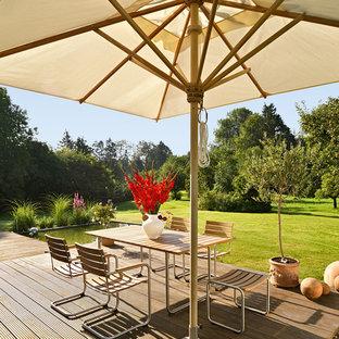 Mittelgroße Moderne Terrasse hinter dem Haus mit Kübelpflanzen in München