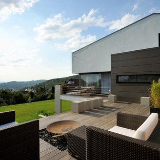 Идея дизайна: большая терраса на боковом дворе в современном стиле с местом для костра без защиты от солнца