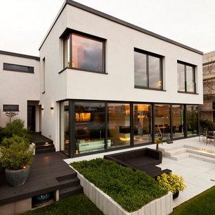 Große, Unbedeckte Moderne Terrasse Hinter Dem Haus In Dortmund