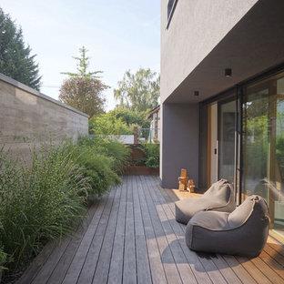 Moderne Terrasse neben dem Haus in Sonstige
