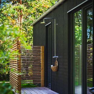 Cette photo montre une terrasse avec une douche extérieure arrière scandinave.