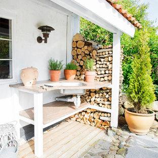 Ispirazione per una terrazza scandinava con un tetto a sbalzo