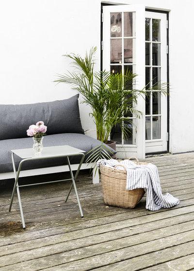 Modern Deck by Mia Mortensen Photography