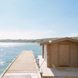 Inspiration för mellanstora maritima terrasser, med en fontän