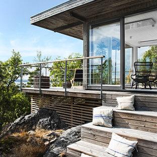 Ispirazione per terrazze e balconi nordici di medie dimensioni con un tetto a sbalzo