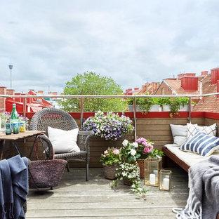 Idéer för att renovera en mellanstor minimalistisk terrass, med utekrukor
