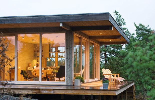 Contemporary Deck by Sommarnöjen