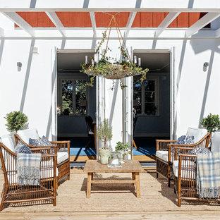 Idéer för en mellanstor minimalistisk terrass, med utekrukor och en pergola