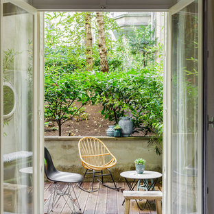 Inspiration for a mid-sized contemporary courtyard deck container garden remodel in Paris with no cover