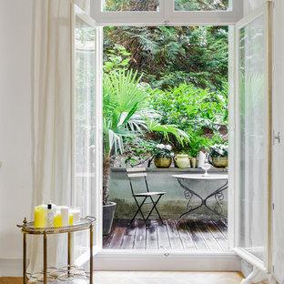 Aménagement d'une terrasse avec des plantes en pots contemporaine de taille moyenne avec aucune couverture.