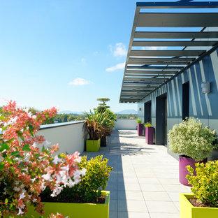 Idées déco pour une terrasse contemporaine de taille moyenne avec une pergola.