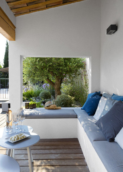 Mediterran Terrasse by Agence MORVANT & MOINGEON Paysagistes Concepteurs