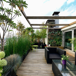 Photo of a mid-sized contemporary deck in Paris with a vertical garden.
