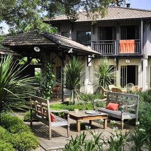 Foto de terraza exótica, grande, en patio trasero, con pérgola