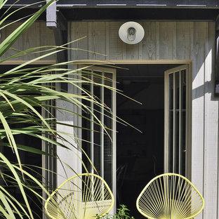 Inspiration pour une terrasse arrière marine de taille moyenne avec une extension de toiture.