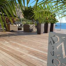 Eclectic Patio by Atelier Nelumbo Garden Design