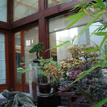 Ateliers en bois et jardin intérieur