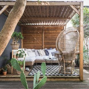 Cette image montre une terrasse ethnique avec une pergola.