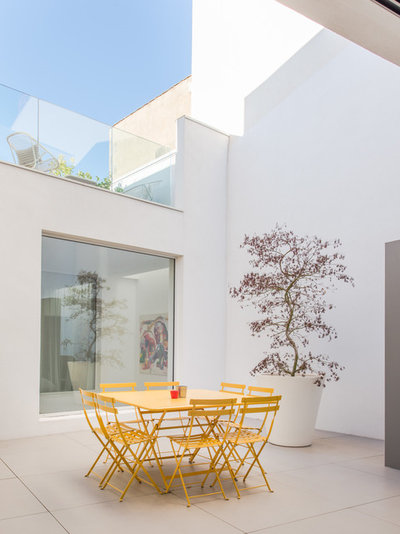 Moderno Patio by Jours & Nuits