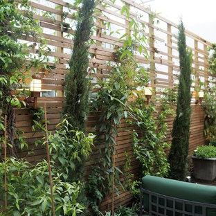 Esempio di un piccolo patio o portico mediterraneo con un giardino in vaso e pedane