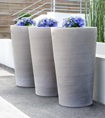 tendance outdoor 14 fa ons de mettre en sc ne des pots de fleurs xxl. Black Bedroom Furniture Sets. Home Design Ideas