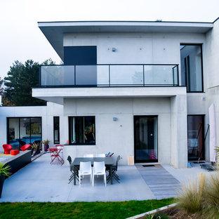 Cette image montre une terrasse avec des plantes en pots design de taille moyenne avec aucune couverture.
