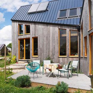 Cette image montre une terrasse et balcon arrière design de taille moyenne avec aucune couverture.