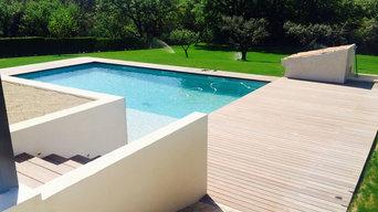 Création d'une plage de piscine en bois exotique.