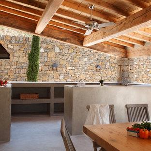 Cette photo montre une terrasse arrière tendance avec une extension de toiture.