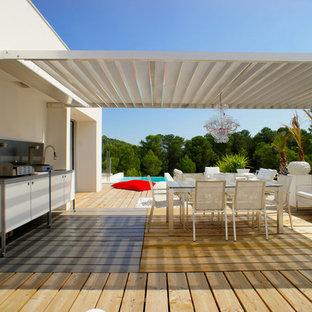 Inspiration pour une terrasse avec une cuisine extérieure design.