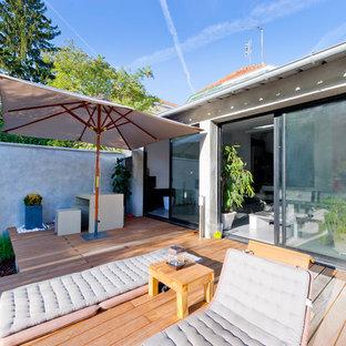 Idée de décoration pour une terrasse arrière design de taille moyenne.