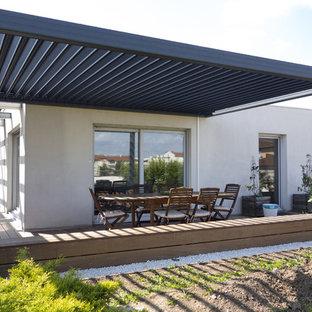 exemple dune terrasse arrire moderne de taille moyenne avec une pergola