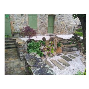 Esempio di un piccolo patio o portico etnico davanti casa con ghiaia e nessuna copertura