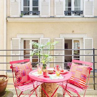 Cette image montre une terrasse et balcon ethnique de taille moyenne avec des pavés en béton et aucune couverture.