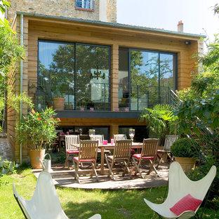 Cette image montre une terrasse avec des plantes en pots arrière design de taille moyenne avec aucune couverture.