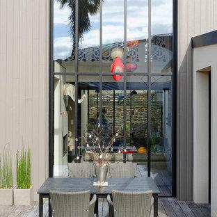 Idée de décoration pour une petite terrasse avec des plantes en pots arrière design avec aucune couverture.