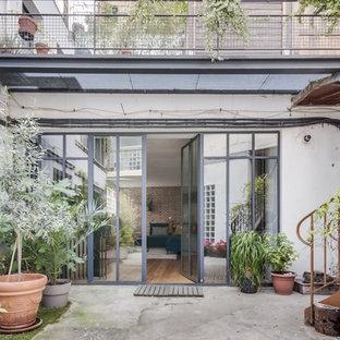 Esempio di un grande patio o portico minimal con lastre di cemento e nessuna copertura