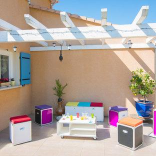 Exemple d'une terrasse avec des plantes en pots latérale éclectique de taille moyenne avec une pergola.